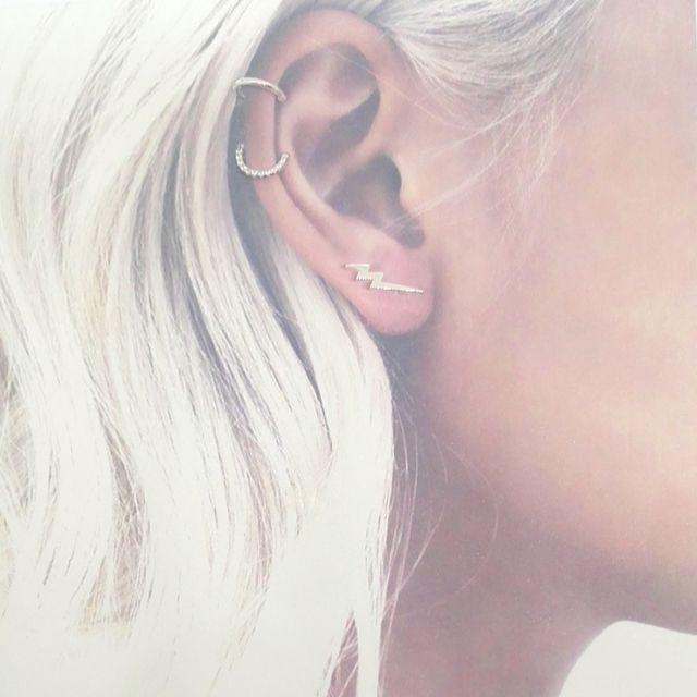 orejas con muchos pendientes